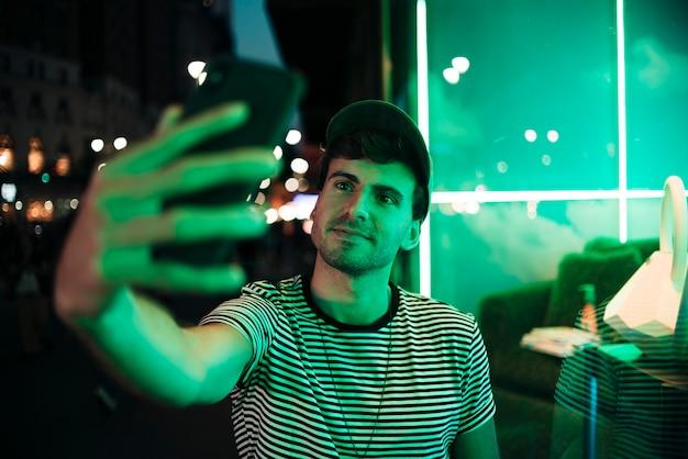 Mens die een selfie in de nacht neemt