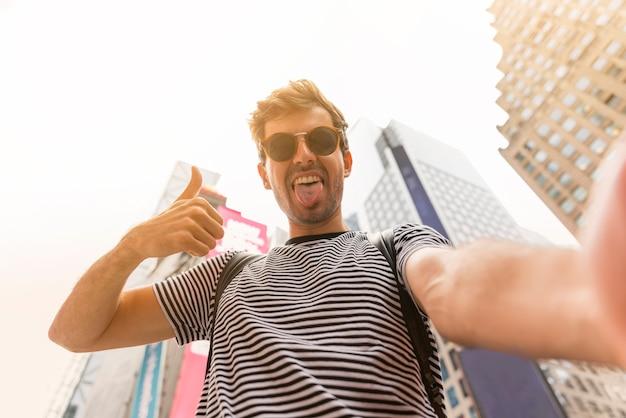 Mens die een selfie met uit tong maken