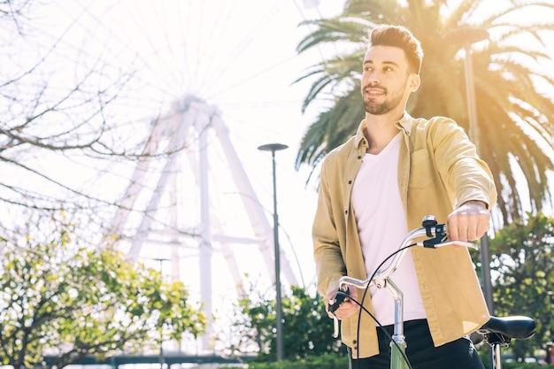 Mens die een stedelijke fiets bevrijdt