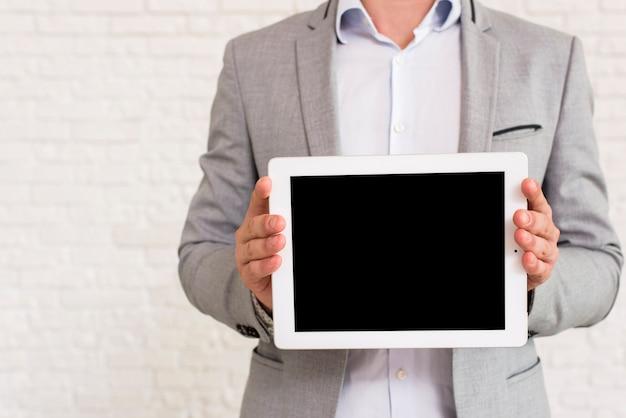 Mens die een tabletmodel toont