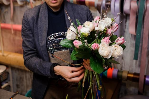 Mens die een teder boeket van bloemen houdt