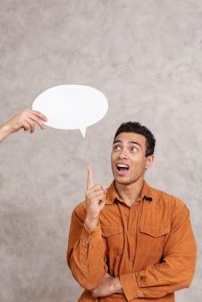 Mens die een toespraakbel benadrukt