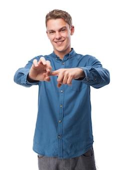 Mens die een vinger in zijn andere hand en glimlachend