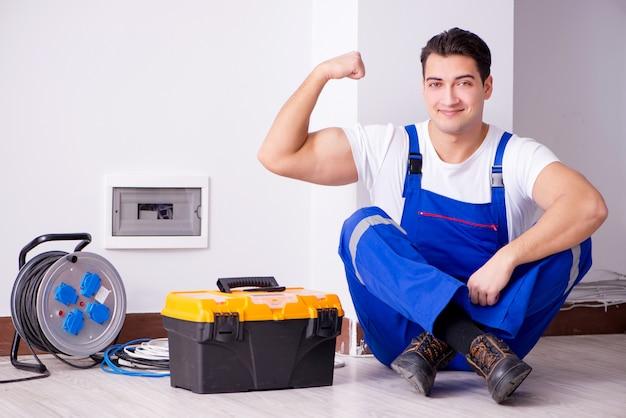 Mens die elektrische reparaties thuis doet