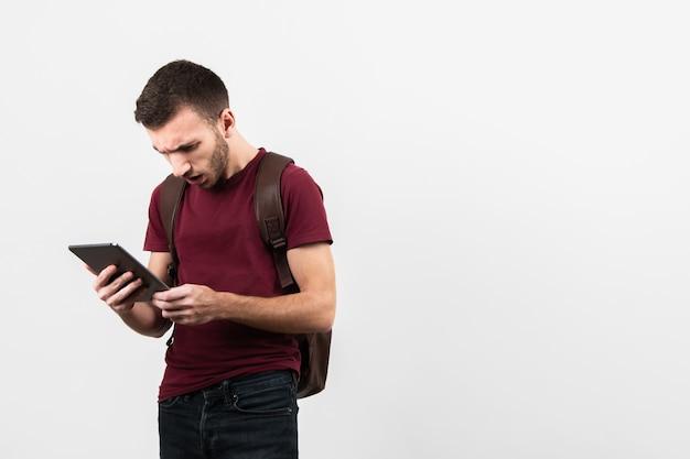 Mens die en tablet wordt verrast bekijken
