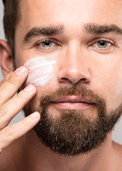 Mens die gezichtscrème aanbrengt
