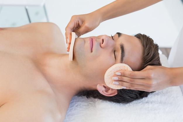 Mens die gezichtsmassage ontvangt op kuuroordcentrum