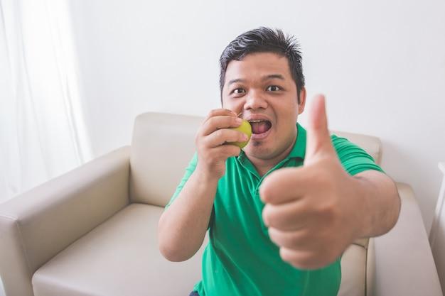 Mens die gezond vers voedsel probeert te eten
