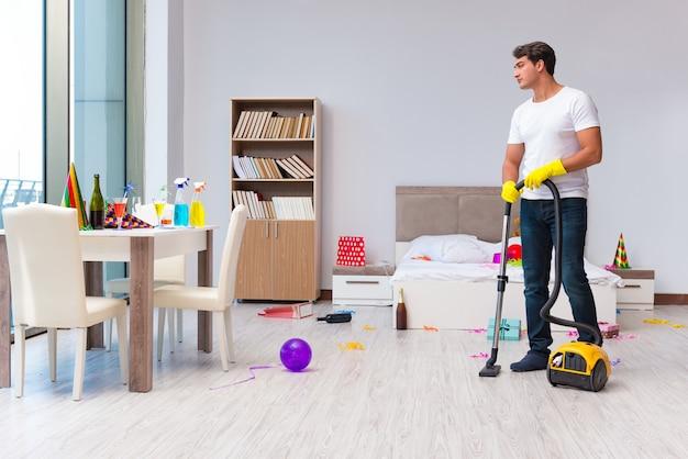 Mens die het huis na kerstmispartij schoonmaakt