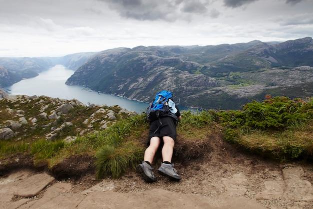 Mens die in de fjord van noorwegen wandelt