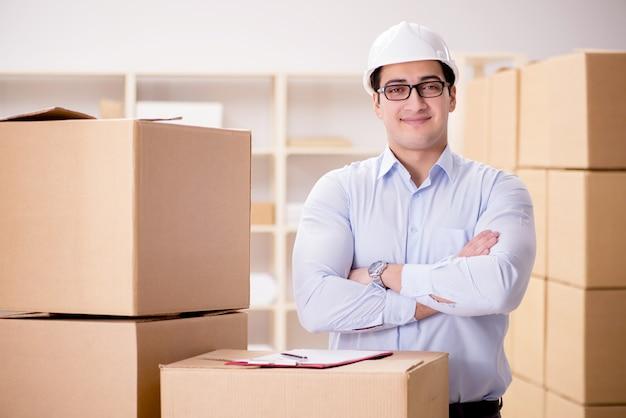 Mens die in de verhuisservice van de dooslevering werkt