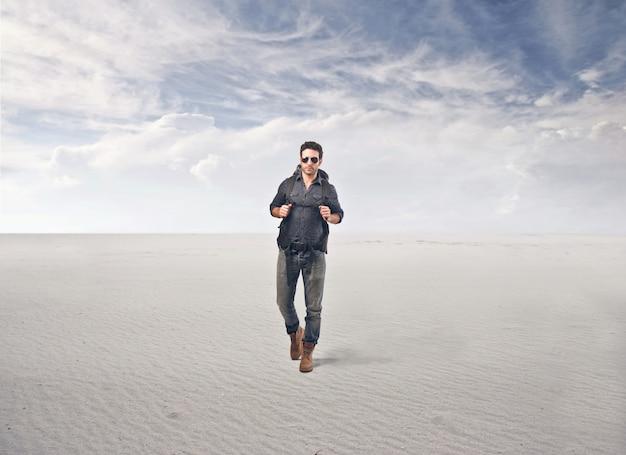 Mens die in de woestijn loopt