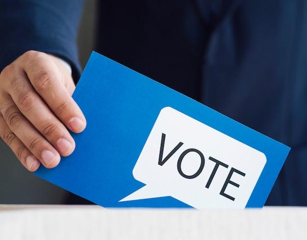 Mens die in een doos zijn stemming plaatst