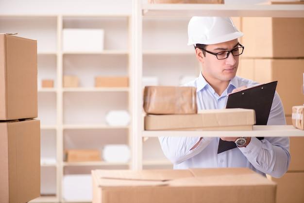 Mens die in het postkantoor van de pakketbezorgdienst werkt
