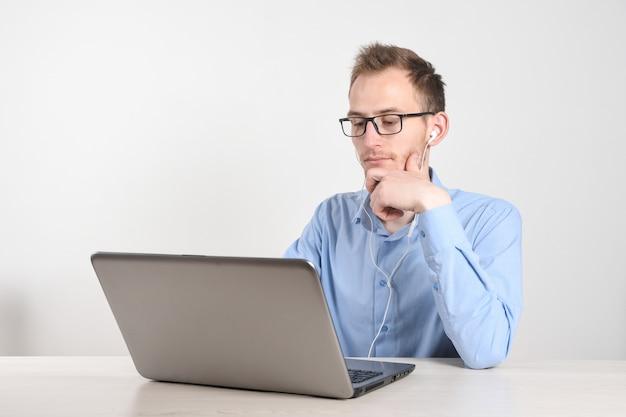 Mens die laptop thuis in woonkamer met behulp van. de rijpe zakenman verzendt e-mail en thuis het werken. thuis werk.