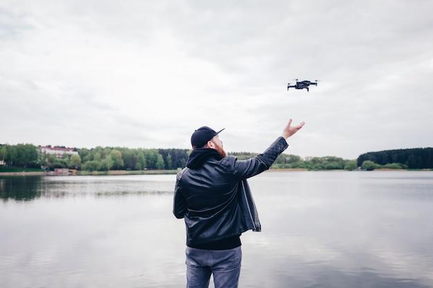 Mens die / met drone werkt vliegt