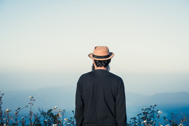 Mens die met rugzak reist die in bergen wandelt
