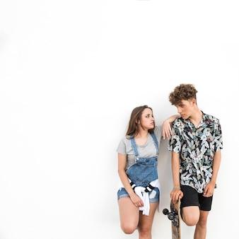 Mens die met skateboard zijn meisje bekijkt