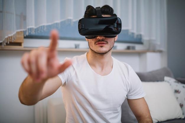 Mens die met virtuele werkelijkheid in wisselwerking staat