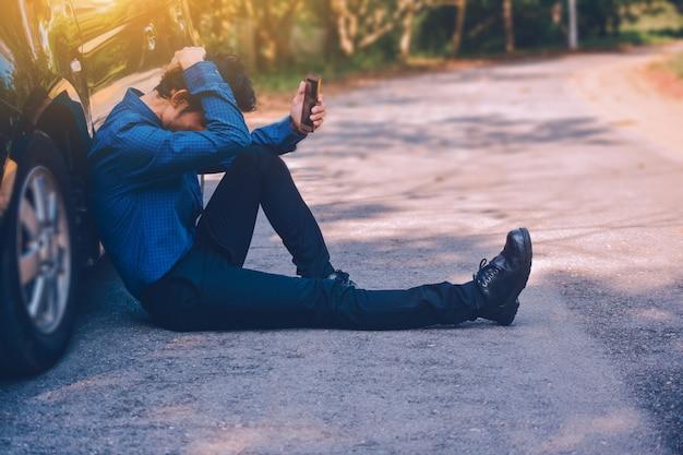 Mens die mobiele slimme telefoon en technologie online internet houden voor het winkelen met zaken in auto