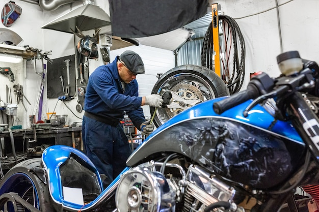 Mens die motorfietsband met reparatieset herstelt