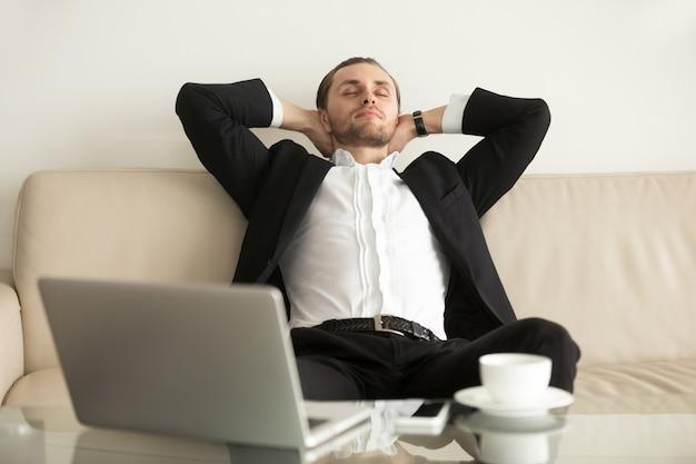 Mens die na het voltooien van een belangrijk werk ontspannen