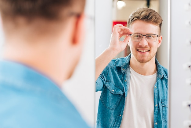 Mens die nieuwe glazen zoekt bij optometrist