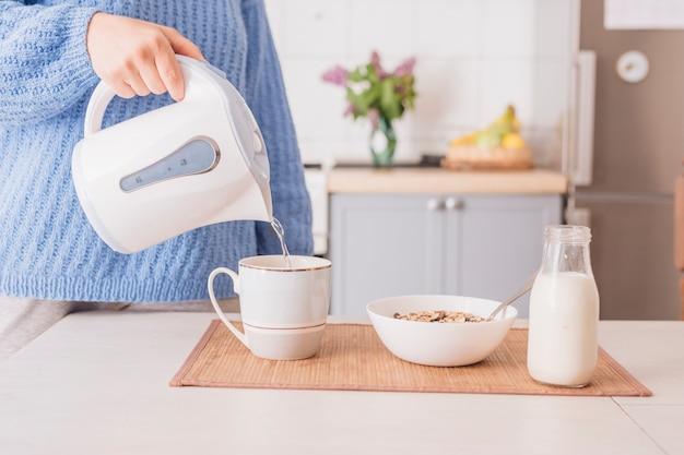 Mens die ontbijt in keuken voorbereidt