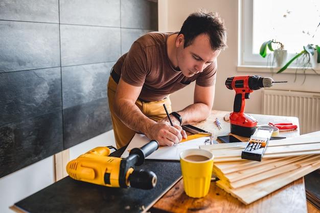 Mens die ontwerpplan maakt die potlood gebruikt