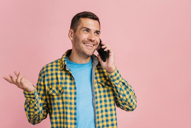 Mens die op de telefoon met exemplaarruimte spreekt