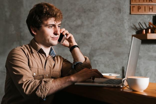 Mens die op de telefoon op het kantoor spreekt