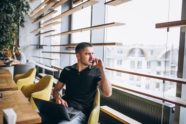 Mens die op de telefoonzitting in een koffie spreekt