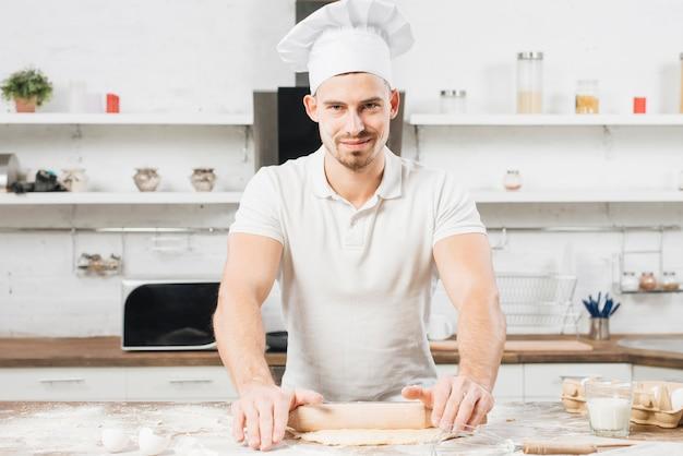Mens die pizzadeeg maakt