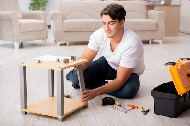Mens die plank thuis assembleert