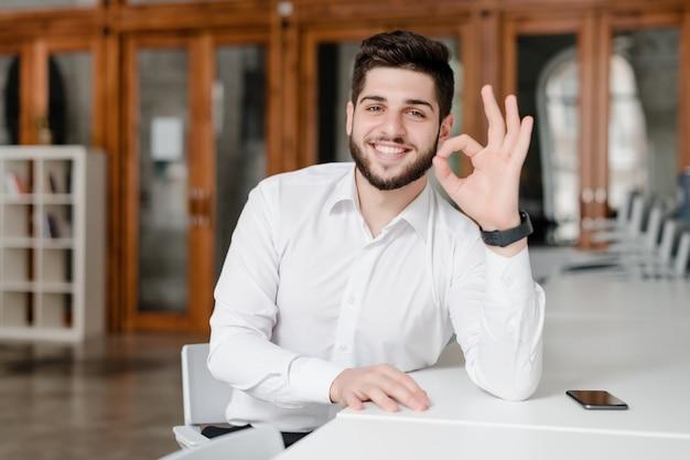 Mens die positief gebaar met handen toont