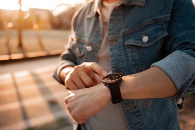 Mens die slimme horloges met het controleren van impuls via gezondheidstoepassing gebruiken.