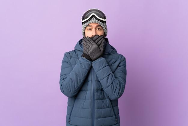 Mens die snowboard over geïsoleerde achtergrond doet