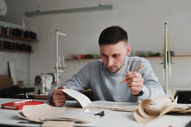 Mens die techniek doet of het werk leidt bij een generische workshop.