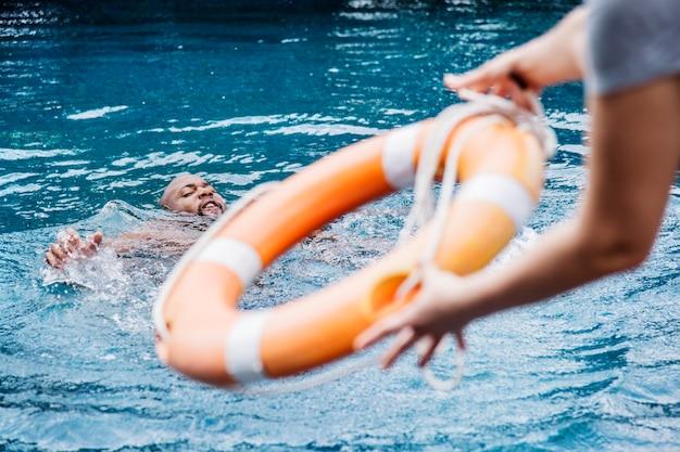Mens die uit het water wordt gered