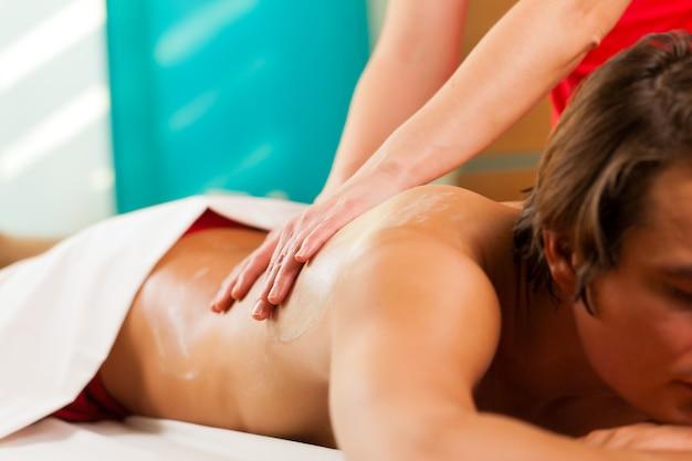 Mens die van massage in wellness spa geniet