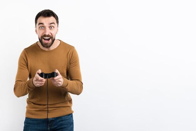 Mens die van spel met controlemechanisme geniet