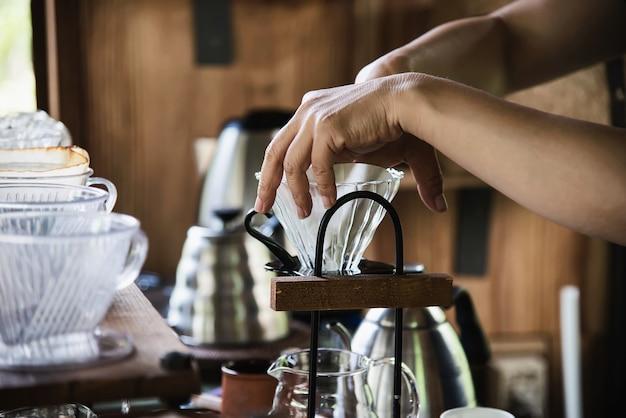 Mens die verse koffie in uitstekende koffiewinkel druppelen