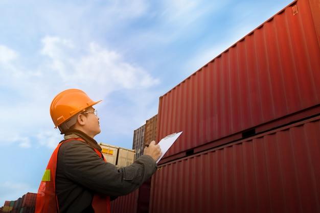 Mens die voorraad van lading controleren bij container