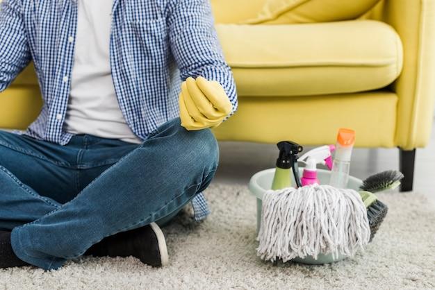 Mens die yoga doet als voorbereiding op het schoonmaken