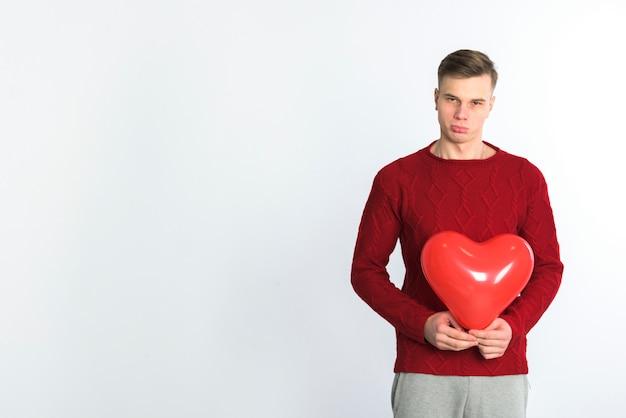 Mens die zich met hartballon bevindt