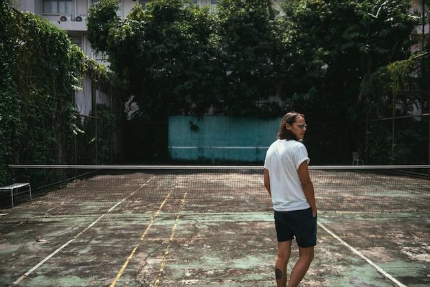 Mens die zich op een tennisbaan bevindt
