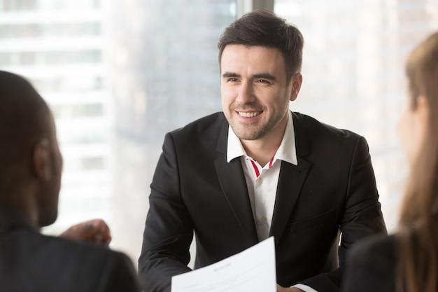 Mens die zich op gesprek met interviewers concentreert