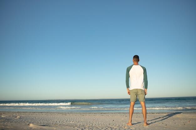Mens die zich op het strand bevindt