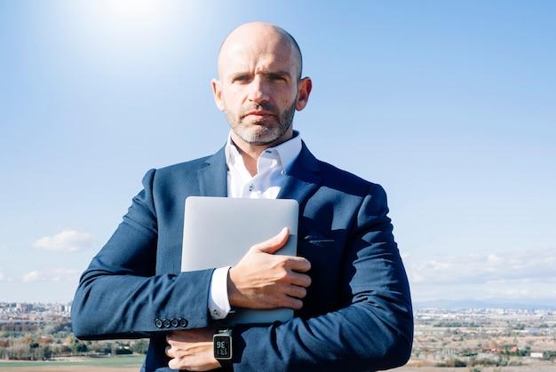 Mens die zijn computer draagt