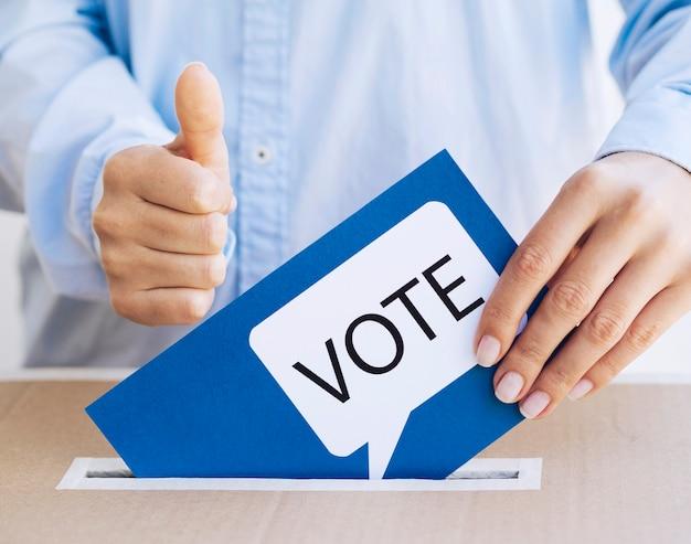 Mens die zijn keus in verkiezing goedkeurt